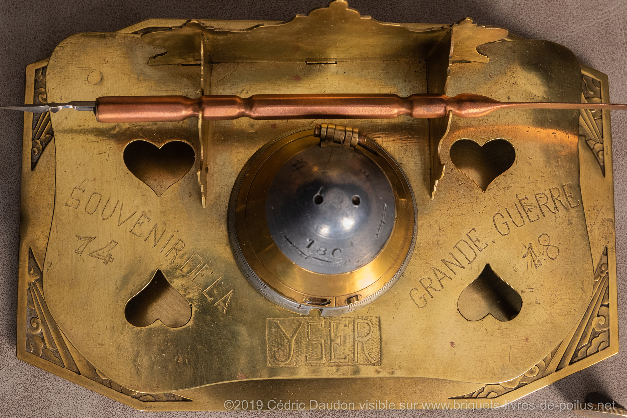 Encrier gravé « souvenir de la Grande Guerre 14- 18- Yser » Un petit plateau à biscuits stylé art déco lui sert de reposoir.