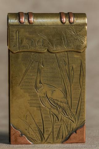 Belle cigogne dans un environnement de massettes, on peut apercevoir dans le coin droit une libellule, beau symbole du renouveau et du changement ce que confirme le brin de muguet sur la deuxième face lui-même symbole du bonheur retrouvé. On peut donc en