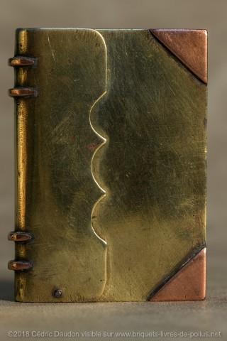 Briquet à ouverture par le dos : Classique et fréquent