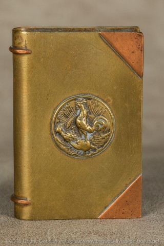 Le coq perché sur un casque à pointe et un aigle vaincu commémore la bataille de la Marne .Ce thème a été repris sur affiches, cartes postales, gravures et médailles à l'arrière.
