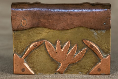 Le serpent issu de la symbolique africaine, principe de vie et protecteur de santé également repris sur les caducées. Systématique sur les cannes dites de poilus, rares sur les briquets. On remarquera la feuille de canabis, preuve que les poilus ne fumaie