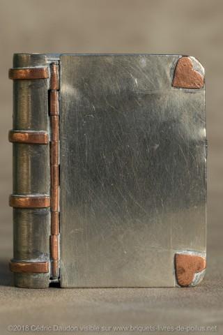 Briquet à ouverture frontale  : rare et peu pratique. Le briquet propement dit doit être retiré pour être allumé. Peut-être s'agit-t-il au départ d'une boîte à allumettes avec pyrogène (grattoir à la partie inférieure) transformée ?