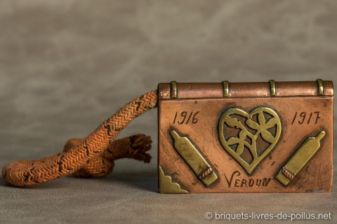 Les obus du canon de 75 plus simples à représenter que le canon lui-même, associé à un coeur.