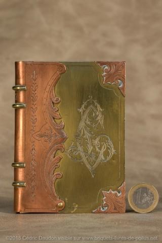 Boîte magnifiquement ouvragée et gravée, dimensions très importantes : 11,5cm x 8 cm