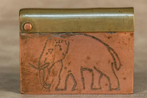Que vient faire un éléphant sur un briquet de tranchée ? S'agit-il de la gravure d'un soldat africain des troupes coloniales ?