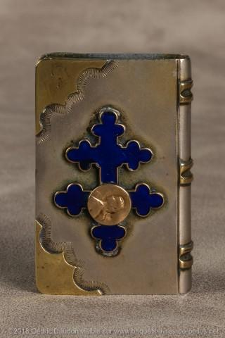 Trés joli briquet en acier avec croix bleue en email cloisonné sur laquelle a été rajoutée une petite médaille en or de Jeanne d'Arc.