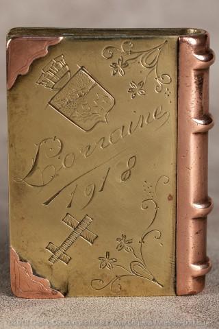 Briquet marqué Lorraine en toutes  lettres ce qui est assez rare et daté 1918 .On remarquera la belle gravure d'un blason portant les armes de la ville de Nancy.