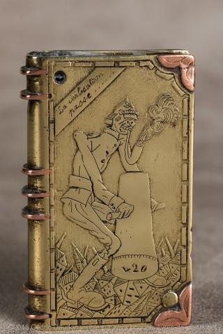 """Ce briquet est bien connu des collectionneurs car il figure à la page 167 du livre de P. Warin """"Artisanat de tranchée et briquets de poilus"""" et faisait partie de sa collection . Un squelette revêtu de l'uniforme allemand et fumant une pipe démesurée pilon"""