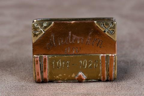 Très rare briquet souvenir ( Andenken en allemand )d'un prisonnier allemand en France de 1917 à 1920 . P.G. signifie prisonnier de guerre et le chiffre 19 désigne soit le matricule individuel du prisonnier soit le n° du camp.