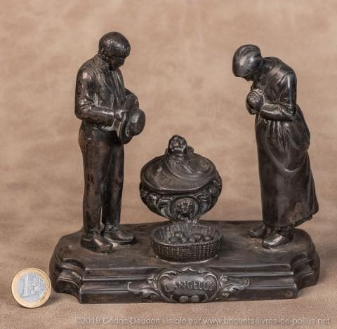 L'œuvre célébrissime de Millet a fait partie du décor d'un nombre considérable de foyers français surtout en milieu rural. Attachement à la terre, aux vertus traditionnelles du travail et à la famille sous l'égide de la foi. Sur tous les briquets de poil