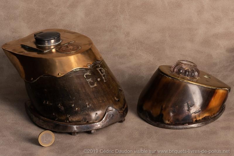 Sabots de chevaux transformés en encriers. Un sabot de cheval de monte et l'autre de trait avec médaille de Verdun.