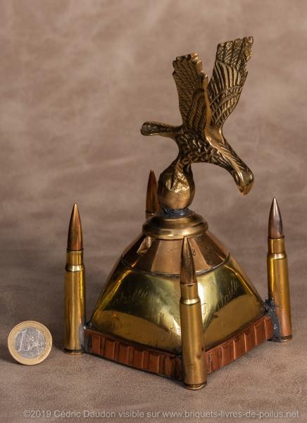 Le bouchon en laiton de l'encrier en forme d'aigle est taillé dans la masse. Marquages autour de la tête d'obus « Souvenir Bataille Champagne 1915 Bataille Meuse 1914. Fait en repos à Limmesous Février 1916 ».