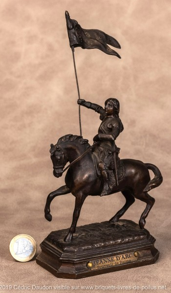 Autre exemple de Jeanne, la statuette a été détachée de la console d'un encrier plus petit que le précédent.