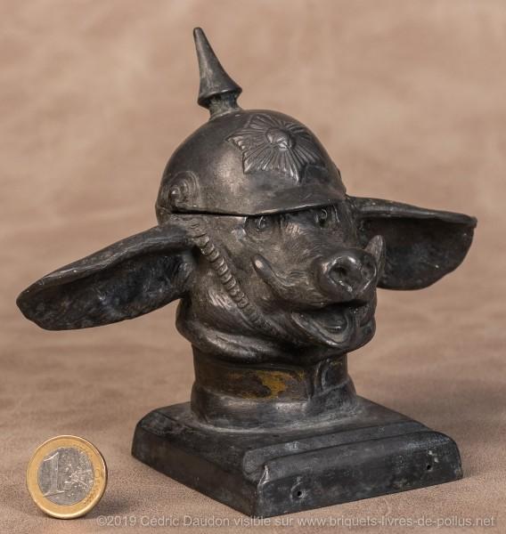 Le cochon coiffé d'un casque à pointe et caricaturant le prussien honni est typique de cette époque. Outre cet encrier le sujet a été décliné dans une multitude d'objets ou de publications.
