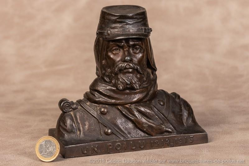 Cette caricature est à mettre en opposition avec la représentation du poilu, héros viril. La signature est de Carlier en 1915. Ultérieurement tous les poilus en effigies seront couverts du casque Adrian apparu la même année.