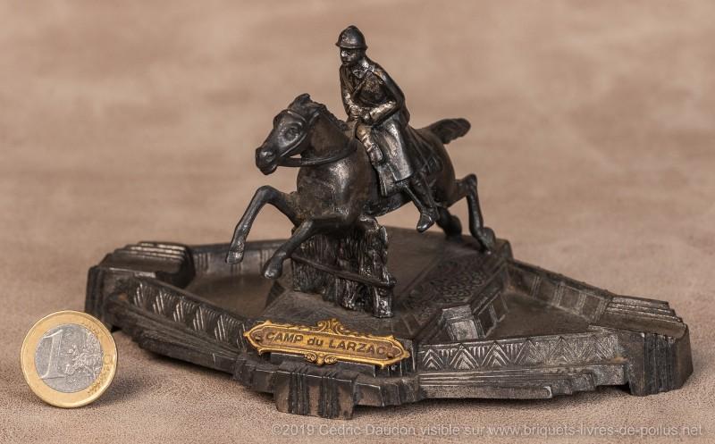 Le même cavalier signé Ouvet mais il s'agit d'un cendrier ; marqué «camp du larzac»