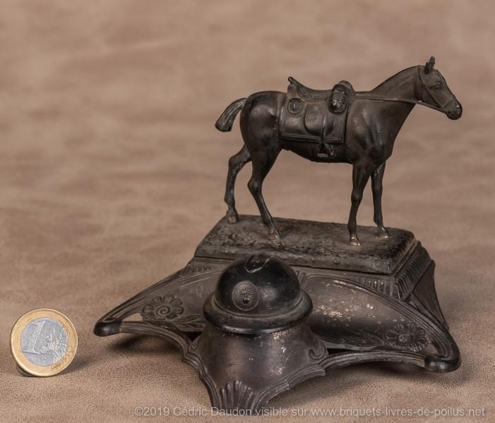 Cheval seul sans cavalier. Casque 1915 d'infanterie!