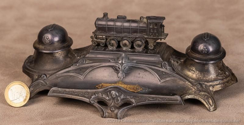 Belle locomotive entourée de deux encriers avec casques 1915, attributs artillerie. Marqué « Souvenir du 5em Génie»