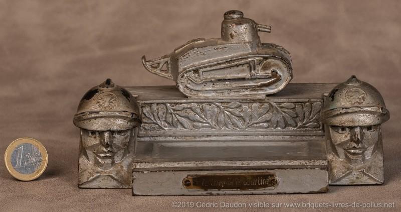Encrier FT 17 avec la même base que celui aux deux casques signé Malespina et représentant un canon de 75 (canon cassé). Marqué « Souvenir du Camp de la Courtine ».