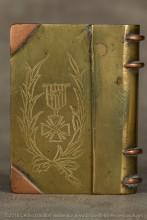 La fierté de combattre vaillamment ressort de la représentation fréquente de la croix de guerre, médaille nouvelle crée en 1915