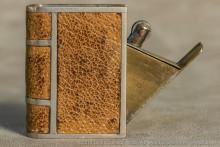 Briquet à couverture par la tranche : classique et fréquent. Il s'agit d'un briquet à ouverture en cuir, signe caractéristique des briquets anglais.