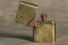 Briquet à capot sur axe : rare . C'est exactement le principe du Zippo américain qui ne fut breveté qu'en 1934 !!