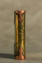 Briquet chargé de symobles : D'un côté la croix de Lorraine et le chardon de l'Alsace. De l'autre, les initiales du propriétaire dans une couronne de feuilles de chêne, symbole de victoire.   C'est une ode à la reconquète des provinces perdues en 1870. Le