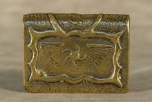 Représentation d'un insigne aviation (une étoile tournante entre 2 ailes déployées) que je n'ai pu identifier.