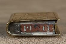 Pourquoi 1928 ? Il ne s'est rien passé cette année là au niveau historique ou militaire. La facture du briquet, le type de gravure, la taille droite de la roulette et la plaque de taxe 1911 ne laissent aucun doute : il s'agit bien d'une pièce de tranchée.