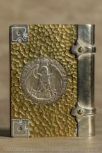 très belle structure pour ce briquet à 4 métaux : laiton, cuivre pour les tranches, acier et argent. Les deux pièces en argent sont des 3 marks allemands de 1910 incrustées dans les deux facTrès belle structure pour ce briquet à 4 métaux : laiton, cuivre