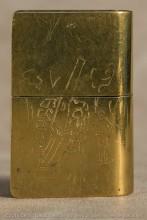 Au dos, grosse piece d'artillerie en action avec un serveur tirant le cordon
